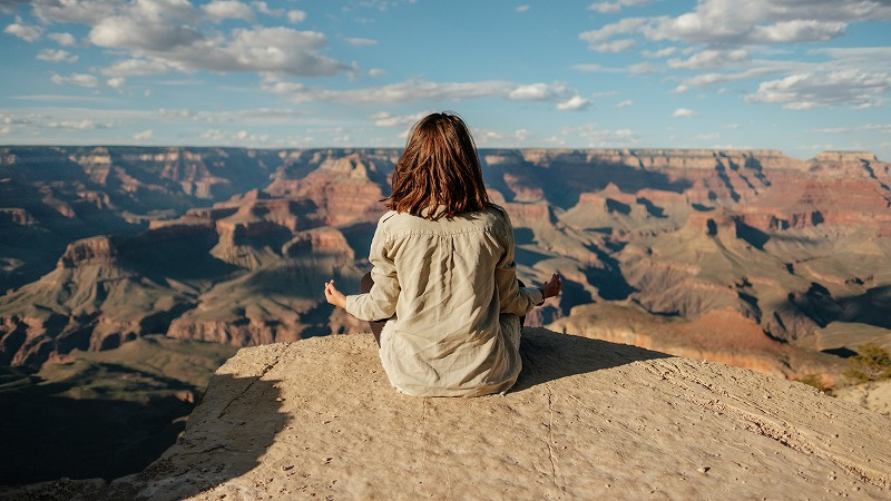 マインドフルネス瞑想で集中力を高めているイメージ